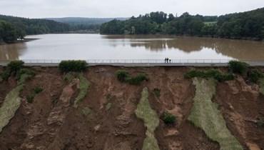صورة جوية تظهر عملية تفريغ سد شتاينباخ المائي المتضرر بعد هطول أمطار غزيرة  في ألمانيا. أ ف ب