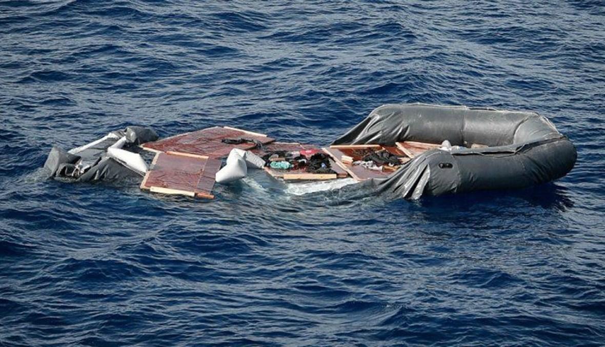 قارب لمهاجرين في البحر