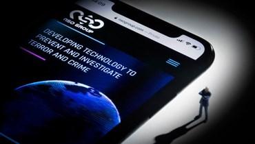 """هاتف ذكي مع موقع الويب الخاص بمجموعة NSO الإسرائيلية والذي يعرض برنامج تجسس """"Pegasus"""". أ ف ب"""