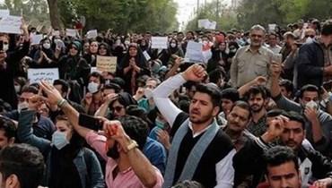 متظاهرون ضد السلطة