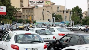سيارات تنتظر عند تقاطع في طهران مع توقف شارات السير بسبب تقنين في التغذية بالكهرباء في 23 ايار 2021 (ا ف ب)