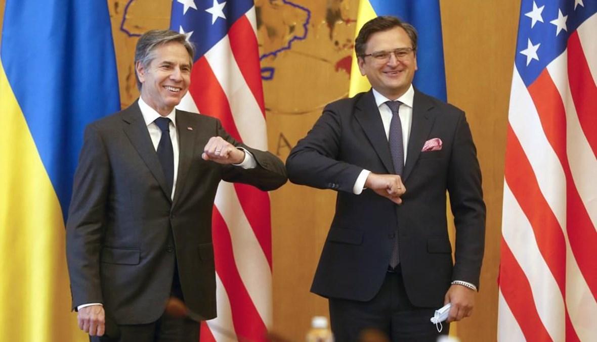 """وزيرا الخارجية الأميركي أنتوني بلينكن والأوكراني دميتري كوليبا يتبالان التحية قبل اجتماعهما في كييف، 6 أيار 2021 - """"أ ب"""""""