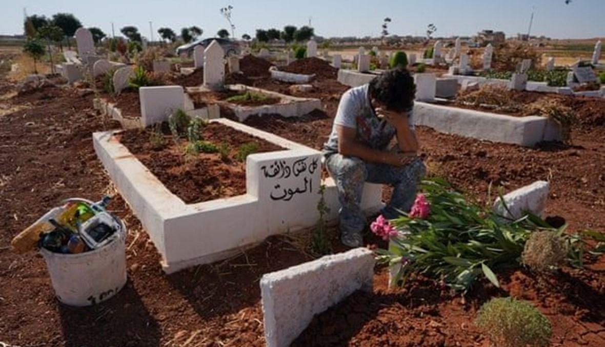الفنان السوري عزيز الأسمر يزور قبر الطفل حسين صباغ (13 عاما) في بنش