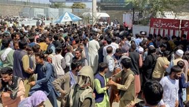 حشود من الأفغان في بإحدى باحات مطار كابول