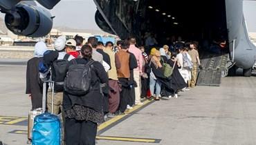أثناء عملية إخلاء في مطار حامد كرزاي الدولي في كابول (ا ف ب)