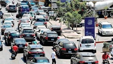 طوابير السيارات أمام محطات الوقود
