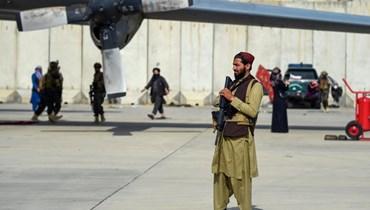 """عناصر من """"طالبان"""" في مطار كابول (ا ف ب)"""