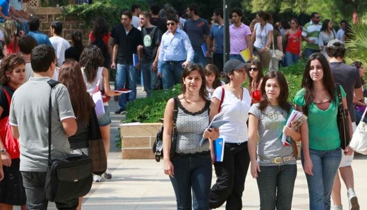طلاب وطالبات في الجامعة
