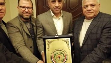مازن الحميدي مع درع نادي الشعلة