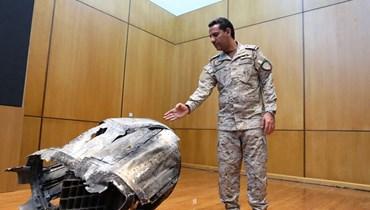 المتحدث باسم وزارة الدفاع السعودية يعرض بقايا صاروخ حوثي