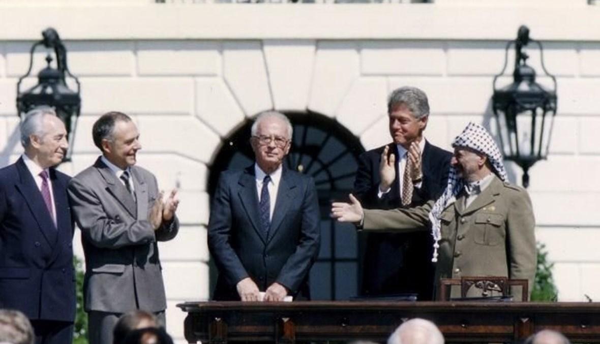 عرفات يمد يده لمصافحة رابين بفي حفل توقيع اتفاق اوسلو