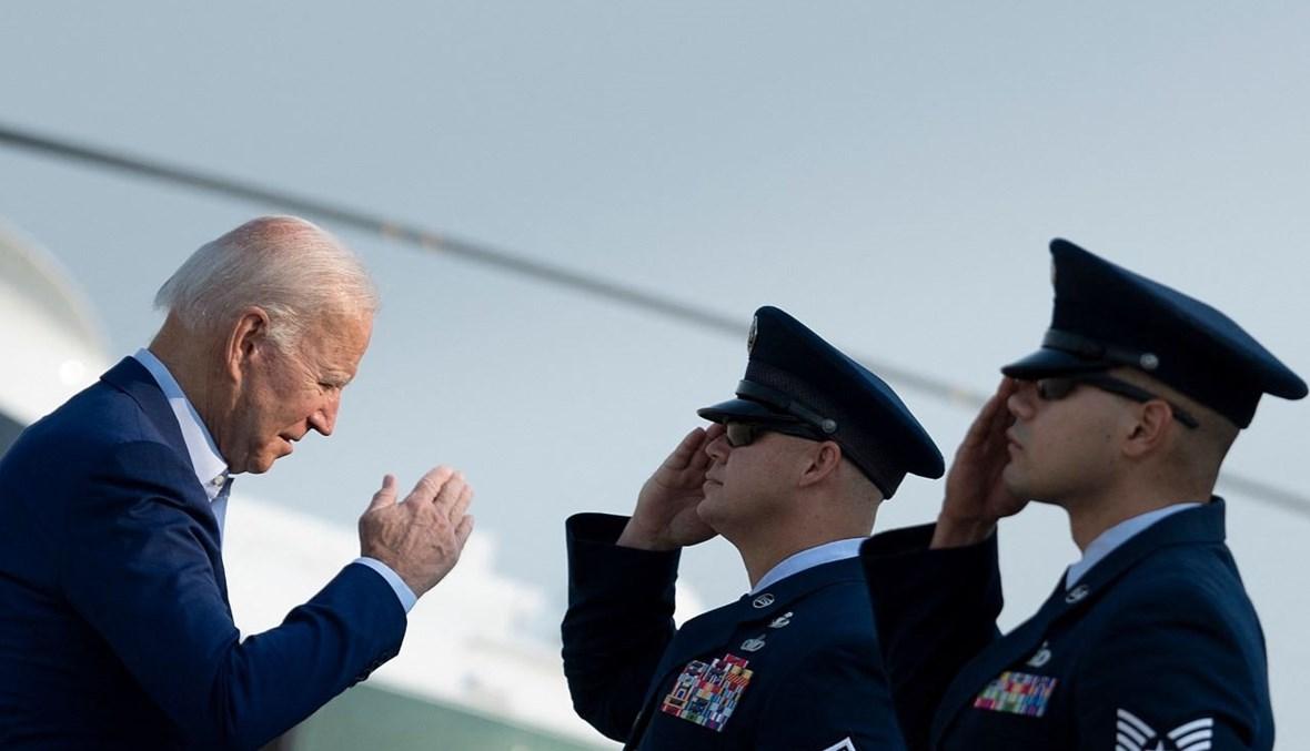 جو بايدن يصعد إلى طائرة الرئاسة في قاعدة أندروز الجوية في 13 أيلول (سبتمبر) 2021 في ماريلاند متوجها الى الغرب الأميركي. أ ف ب
