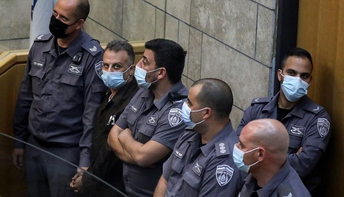 الأسير يعقوب قادري محاطاً بعناصر من الشرطة الإسرائيلية