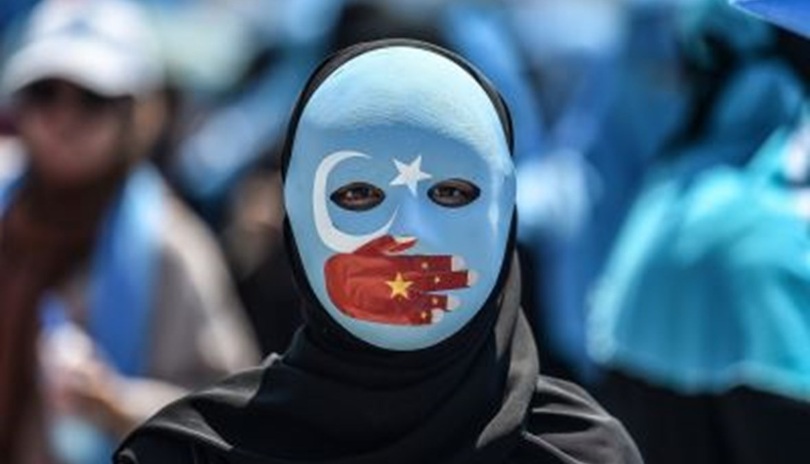 وجه يرفض الممارسات بحق الإيغور