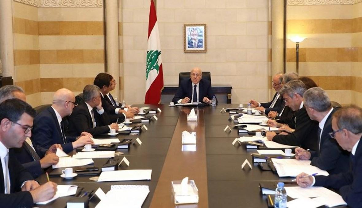 رئيس الوزراء اللبناني نجيب ميقاتي يترأس مجلسا وزاريا في السراي الحكومي ببيروت (ا ف ب)