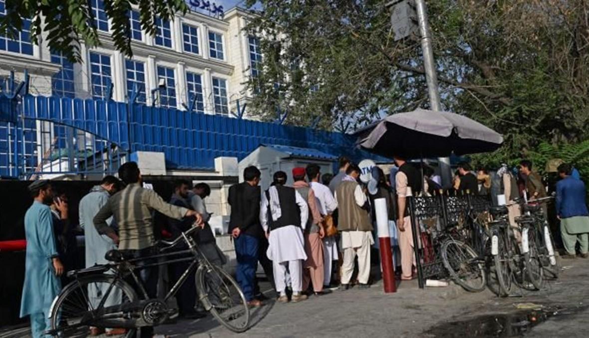 طوابير أمام الصرافات الآلية لسحب بعض المال في كابول