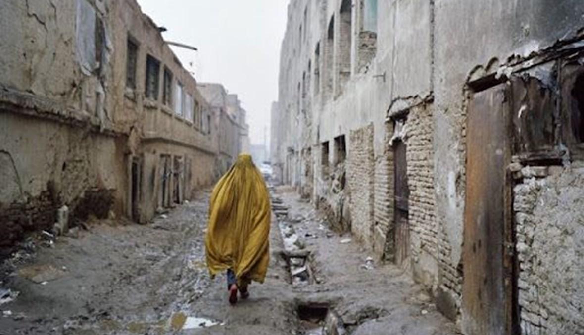 امرأة تركض في شوارع افغانستان