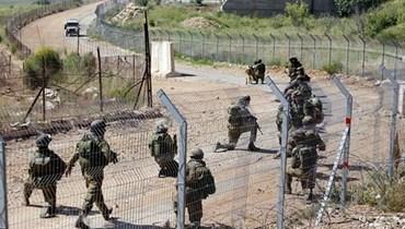 عناصر تابعة للجيش الإسرئيلي عند الحدود مع لبنان