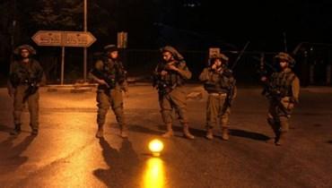 الجيش الإسرائيلي مطوقا المنزل حيث اعتقل كممجي وانفيعات