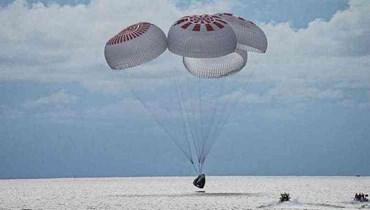 الطاقم المدني في رحلة الهبوط الى الارض