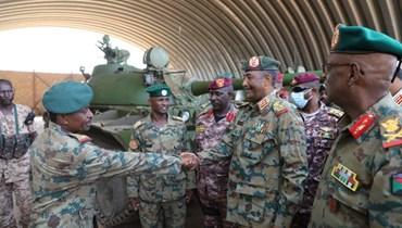 البرهان يحيي ضباط الجيش بعد تصديهم لمحاولة الانقلاب