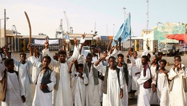 متظاهرون سودانيون يتجمعون خارج المدخل الرئيسي لميناء بورتسودان