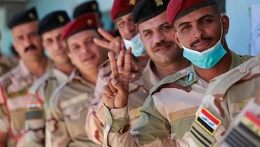 عسكريون عراقيون أثناء التصويت الخاص في الانتخابات العراقية. أ ف ب