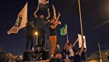 أنصار مقتدى الصدر يحتفلون في النجف. أ ف ب