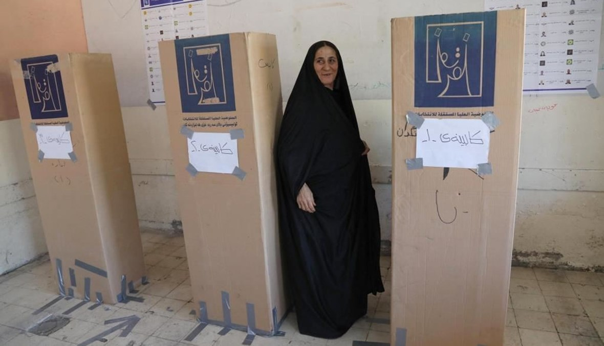 امرأة عراقية تدلي بصوتها خلال الانتخابات التشريعية الأحد الماضي (ا ف ب)