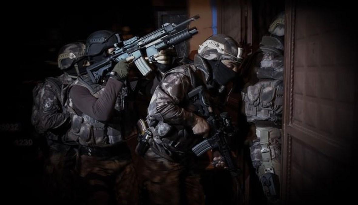 عسكريون يقتحمون منزلاً.