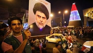 أنصار رجل الدين الشيعي العراقي مقتدى الصدر يحتفلون في ساحة التحرير ببغداد في 11 تشرين الأول (أ ف ب)