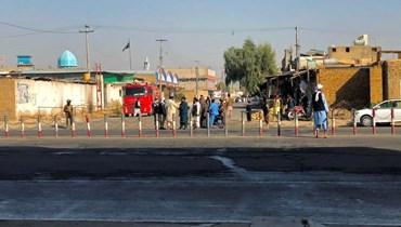 """عناصر من """"طالبان"""" يقفون بالقرب من مسجد شيعي في قندهار (ا ف ب)"""