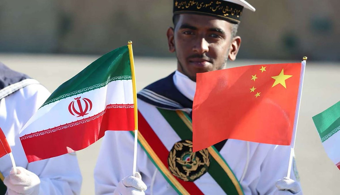 إيراني يرفع علمي الصين وبلاده