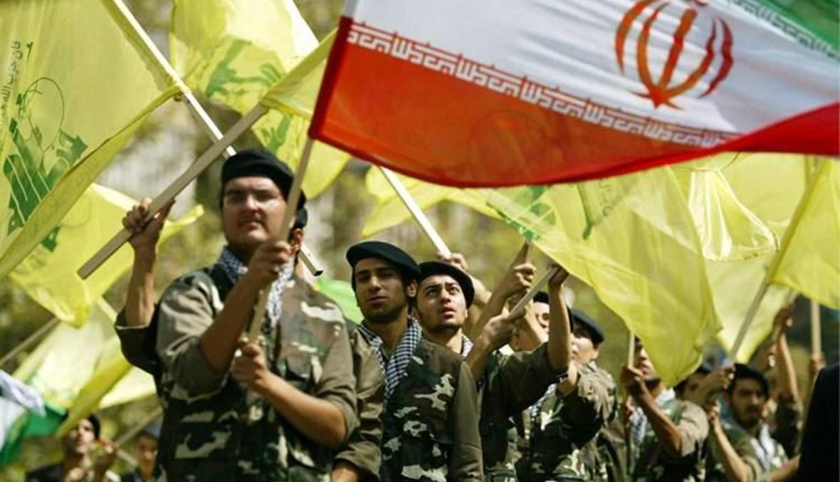 """عناصر من """"حزب الله"""" يحملون أعلام الحزب ولبنان"""